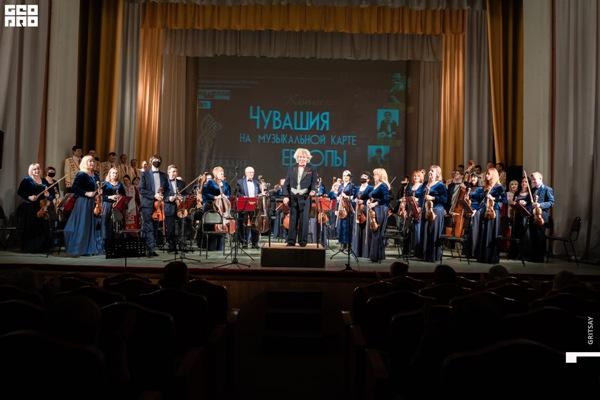 Художественный руководитель и главный дирижер, народный артист России, профессор Морис Яклашкин на концерте Созвездие земляков