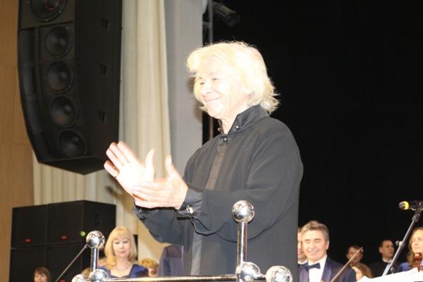 Художественный руководитель и главный дирижер, народный артист России, профессор Морис Яклашкин