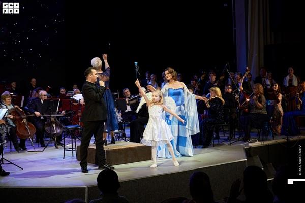 Юная Яна Маркитанова танцевала и кружила на сцене